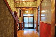 内部から見た玄関周辺の様子。(2012-12-18,周辺環境,ENTRANCE,1F)