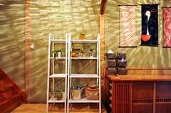 白い棚には入居者さんが自由に本などを置くことができます。靴箱上の掛け軸は、季節ごとに変わるのだそう。(2012-12-18,周辺環境,ENTRANCE,1F)