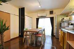 リビングの様子。廊下から見るとこんな感じ。左手の奥には、部屋ごとに分けられた食材などを置けるスペースがあります。(2012-12-18,共用部,LIVINGROOM,1F)