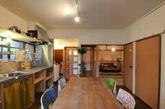 掃き出し窓側から見たリビング全体の様子。奥に和室があります。(2012-12-18,共用部,LIVINGROOM,1F)