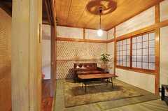 和室の様子。こちらもガラスのシェードを通して、光が壁に模様を描いています。(2012-12-18,共用部,LIVINGROOM,1F)