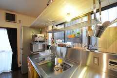 キッチンの様子。カッコイイ。(2012-12-18,共用部,KITCHEN,1F)