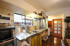 キッチンの様子2。廊下へ続くドアの脇に洗濯機があります。(2012-12-18,共用部,KITCHEN,1F)