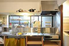 キッチンの様子3。鍋類はキッチン上の棚に置かれています。(2012-12-18,共用部,KITCHEN,1F)