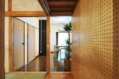 和室から見て左手前のドアがトイレ、その奥がバスルームです。(2012-12-18,共用部,OTHER,1F)