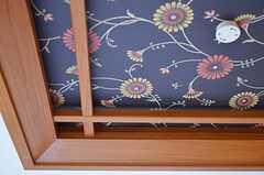 天井の様子。珍しい絵柄の壁紙です。(101号室)(2012-12-18,専有部,ROOM,1F)