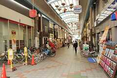 JR東海道本線・塚本駅前のアーケードの様子。(2012-12-18,共用部,ENVIRONMENT,1F)