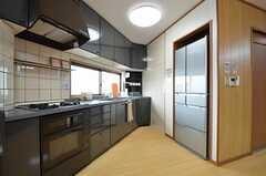 キッチンの様子2。冷蔵庫は壁に埋め込まれています。(2015-09-03,共用部,KITCHEN,4F)