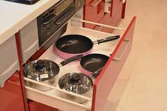 鍋やフライパン類は引き出しに収納されています。(2016-11-14,共用部,KITCHEN,1F)