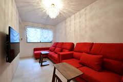 背もたれが高いソファで、映画など長時間画面を見るのにも良さそう。(2016-11-14,共用部,LIVINGROOM,1F)