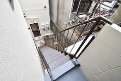 廊下のドアからは非常階段に出られます。階段は物干しスペースにつながっています。(2016-11-14,共用部,OTHER,2F)