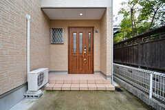 玄関ドアの様子。(2016-11-14,周辺環境,ENTRANCE,1F)