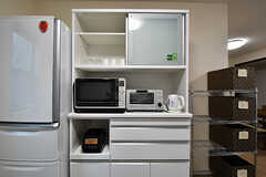 キッチン家電と食器棚の様子。(2016-11-14,共用部,KITCHEN,1F)