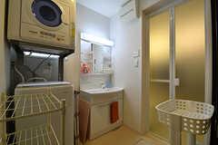 脱衣室の様子。洗濯機と乾燥機、洗面台が設置されています。(2016-11-14,共用部,BATH,1F)