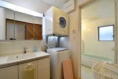 脱衣室の様子。洗面台と洗濯機、乾燥機が設置されています。(2016-11-14,共用部,BATH,2F)