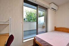 掃き出し窓からはベランダに出られます。(201号室)(2016-11-14,専有部,ROOM,2F)