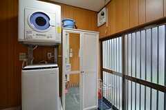 玄関脇に洗濯機・乾燥機が設置されています。(B棟)(2015-11-02,周辺環境,ENTRANCE,1F)