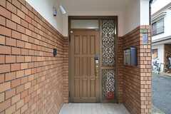 シェアハウスの玄関。右手に共用のポストがあります。(2015-11-02,周辺環境,ENTRANCE,1F)