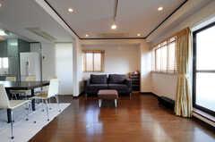 ソファを正面から。掃き出し窓からはベランダにも出られます。(2010-11-27,共用部,LIVINGROOM,5F)