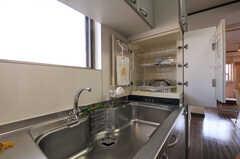 洗った食器は隣のトレイへ。(2010-11-27,共用部,KITCHEN,5F)