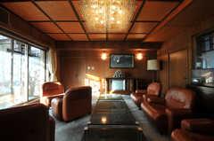サロンの様子3。窓の外(サンルーム)は喫煙可能です。(2010-11-27,共用部,LIVINGROOM,5F)