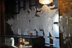 ガラスの彫刻もゴージャス。(2010-11-27,共用部,OTHER,5F)