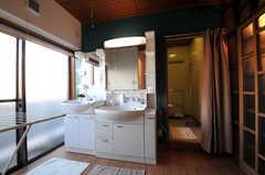 2つ並んだ洗面台。洗面台の裏がバスルームです。(2010-11-27,共用部,OTHER,5F)