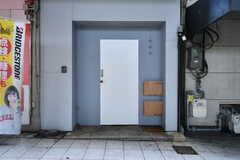 シェアハウスの玄関ドア。(2017-07-12,周辺環境,ENTRANCE,1F)