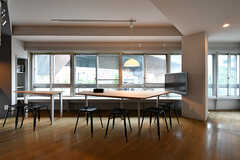 リビングの様子2。窓が連なっています。(2017-07-12,共用部,LIVINGROOM,3F)