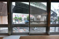 窓の外には交差点が見えます。(2017-07-12,共用部,LIVINGROOM,3F)