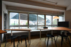 テーブルは離しても使えます。大人数のときには便利そう。(2017-07-12,共用部,LIVINGROOM,3F)