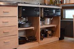 フライパンや鍋類はコンロの下に収納されています。(2017-07-12,共用部,KITCHEN,3F)