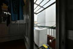 ドアの外には洗濯機があります。(2017-07-12,共用部,LAUNDRY,4F)