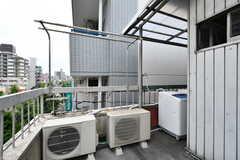 洗濯機の奥には屋外の物干しスペースも。(2017-07-12,共用部,LAUNDRY,4F)