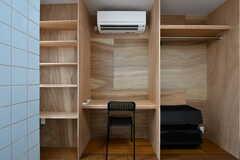 作り付けのクローゼットと収納棚、デスクがあります。(203号室)(2017-07-12,専有部,ROOM,2F)