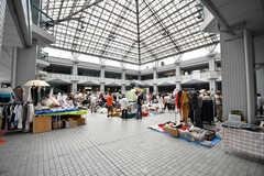 「オーク200」では定期的にフリーマーケットが開かれています。(2017-07-12,共用部,ENVIRONMENT,1F)