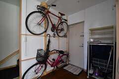 内部から見た玄関の様子。上段の自転車は共用のレンタサイクルとして利用可能とのこと。(2017-03-29,周辺環境,ENTRANCE,1F)