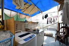 ランドリースペースの様子。洗濯機が設置されています。(2017-03-29,共用部,LAUNDRY,4F)