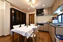 リビングの様子3。キッチンが併設されています。(2017-11-14,共用部,LIVINGROOM,2F)