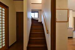 階段の様子。階段脇は管理用の収納スペースです。(2017-11-14,共用部,OTHER,2F)