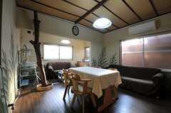 リビングの様子。元は管理人さんが住まわれていたような間取り。ソファが2脚あります。(2012-01-13,共用部,LIVINGROOM,1F)