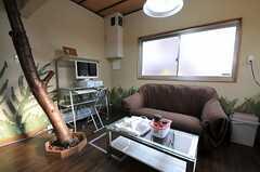 リビングの様子4。壁のペイントはオーナーさんが行ったそう。(2012-01-13,共用部,LIVINGROOM,1F)