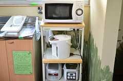 キッチン家電の様子。各部屋にキッチンが備わっているので、炊飯器を使用する際は部屋に持って行っても良いとの事。(2012-01-13,共用部,KITCHEN,1F)
