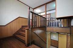 廊下の踊り場。写真右角の出っ張りは後付けの専有部の収納だそう。(2012-01-13,共用部,OTHER,2F)