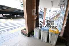 ゴミは玄関前のゴミ箱に出します。(2012-01-13,共用部,OTHER,1F)