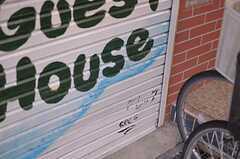 ペイントは元入居者のグレッグが行ったそう。グレッグはアーティストでも何でも無い普通の人だったらしい。(2012-01-13,共用部,GARAGE,1F)