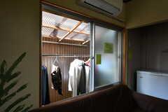 窓の外には物干し場があります。(2019-01-17,共用部,LIVINGROOM,1F)