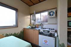 リビングの奥にキッチンがあります。各部屋にもキッチンが設置されています。(2019-01-17,共用部,KITCHEN,1F)