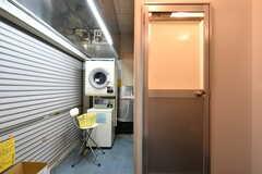 左手に洗濯機と乾燥機、右手にシャワールームが2室あります。洗濯機は無料で利用できますがコインは必要です。乾燥機は100円です。(2019-01-17,共用部,OTHER,1F)
