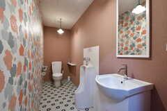 トイレの様子。立ち式トイレも備わっています。(2019-01-17,共用部,TOILET,1F)